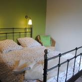 La chambre verte au premier étage avec lit double